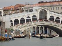 Folkmassa av turister över den Rialto bron i Venedig, Italien Arkivbilder