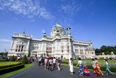 Folkmassa av turister i den Ananta Samakhom biskopsstolen Hall Arkivfoto
