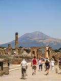 Folkmassa av turister i Pompeii med Mount Vesuvius i bakgrunden arkivbilder