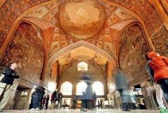Folkmassa av turister inom den historiska korridoren med freskomålningen av slotten Chehel Sotoun i Isfahan Fotografering för Bildbyråer