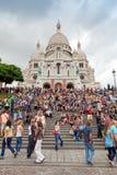 Folkmassa av turister nära den Sacre Coeur basilikan i Paris Fotografering för Bildbyråer