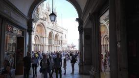 Folkmassa av turister på San Marco Square nära domkyrka lager videofilmer