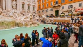 Folkmassa av turister som besöker springbrunnarna av Trevi i det historiska området av Rome Royaltyfri Foto