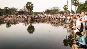 Folkmassa av turister som tar ett foto av soluppgång på Angkor Wat arkivfoton