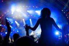 Folkmassa av ventilatorer på en konsert Royaltyfri Bild