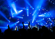 Folkmassa av ventilatorer på en konsert Arkivbild