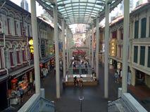 Folkmassa f?r Singapore kineskvarterKina gata som shoppar mat arkivfoton