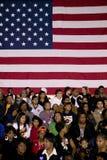 Folkmassa framme av amerikanska flaggan Arkivfoton