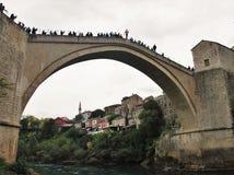 FOLKMASSA: Fritt hopp in i floden arkivfoton