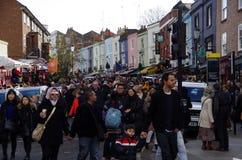 Folkmassa i den Portobello vägen för julmarknader Royaltyfri Bild