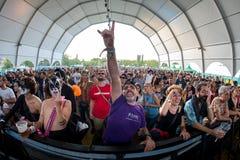 Folkmassa i en konsert på den Dcode festivalen arkivbilder