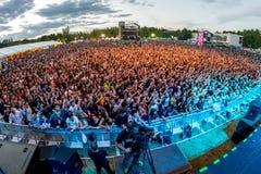 Folkmassa i en konsert på den Dcode festivalen Arkivbild