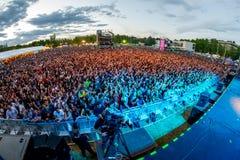 Folkmassa i en konsert på den Dcode festivalen Arkivfoto