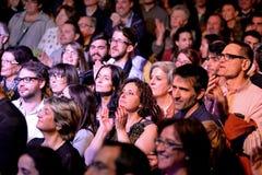 Folkmassa i en konsert på den Luz de Gas klubban Arkivfoton
