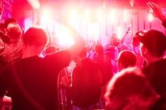 Folkmassa i klubban Royaltyfri Bild