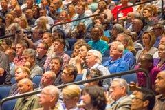 Folkmassa i konventcentret i den New Orleans salongen Arkivbild