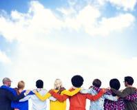 Folkmassa med händer på deras skuldror och sikten av den klara Sken Fotografering för Bildbyråer