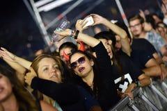 Folkmassa med lyftta armar på en levande konsert royaltyfri foto