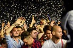 Folkmassa med lyftta armar på en levande konsert royaltyfria bilder