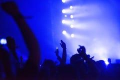 Folkmassa med lyftta armar på konserten royaltyfri fotografi