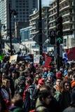 Folkmassa med plakatet, flaggor och tecken som går i gatorna Arkivbild