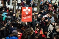 Folkmassa med plakatet, flaggor och tecken som går i gatorna Royaltyfria Bilder