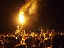 Folkmassa och signalljus för musikfestival Arkivbild