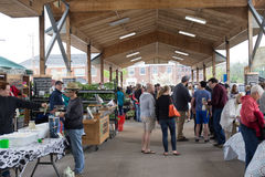 Folkmassa på bondemarknaden Royaltyfri Foto