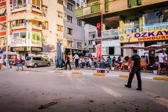Folkmassa på Cinarcik stadmitt Royaltyfria Bilder