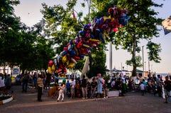 Folkmassa på Cinarcik stadmitt Arkivbild