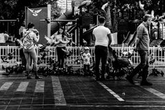 Folkmassa på Cinarcik stadmitt - Turkiet Royaltyfria Bilder