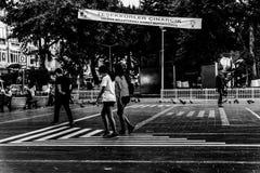 Folkmassa på Cinarcik stadmitt - Turkiet Fotografering för Bildbyråer
