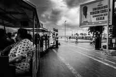 Folkmassa på Cinarcik stadmitt - Turkiet Royaltyfri Foto