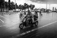 Folkmassa på Cinarcik stadmitt - Turkiet Arkivfoto