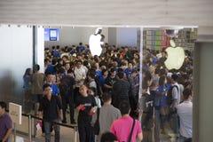Folkmassa på det Apple lagret Shenzhen, Kina Arkivbilder