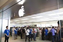 Folkmassa på det Apple lagret Shenzhen, Kina Royaltyfri Foto