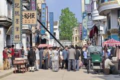 Folkmassa på en filmuppsättning på Hengdian världsstudior, Kina Royaltyfria Foton