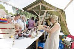Folkmassa på en konsthantverkmarknad Arkivfoto