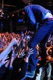 Folkmassa på Kaiser cheferna (berömd brittisk indie rockband) konsert på Razzmatazzklubbor Arkivfoto