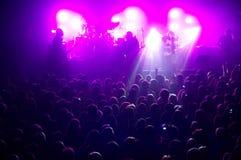 Folkmassa på klubban under en konsert Arkivbild