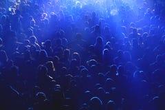 Folkmassa på konserten eller partiet Royaltyfri Bild