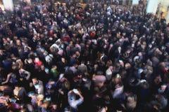 Folkmassa på konserten eller partiet Arkivbilder
