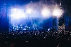 Folkmassa på konserten och suddiga etappljus Fotografering för Bildbyråer
