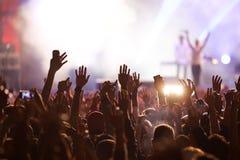 folkmassa på konserten - sommarmusikfestival Arkivfoto