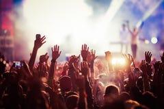 folkmassa på konserten - sommarmusikfestival royaltyfria bilder