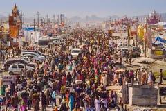 Folkmassa på Kumbh Mela Festival i Allahabad, Indien Arkivfoton