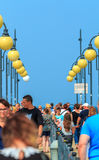 Folkmassa på Miedzyzdroje Pir-Polen Royaltyfri Bild