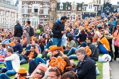 Folkmassa på museumplein på Koninginnedag 2013 arkivfoto