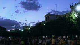 Folkmassa på natt 2 arkivfilmer