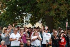 Folkmassa på räddningen som vårt kors samlar, Knoxville, Iowa Arkivbilder